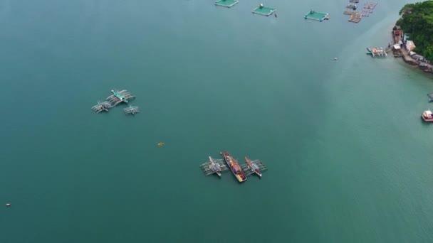 Halfarm ketrecekkel halaknak és garnéláknak, felülnézetből. Hal ketrec tiláfiához, tejhal tenyésztés akvakultúra és pisciculture gyakorlatok. Fülöp-szigetek, Luzon.
