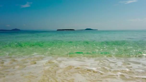 Tropical beach és a kék tenger.