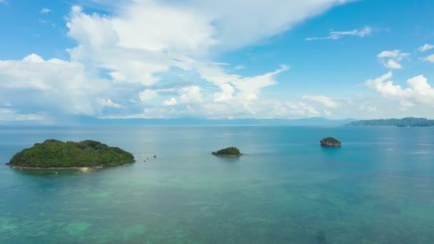Seascape s tropickými ostrovy a korálovými útesy, letecký pohled.