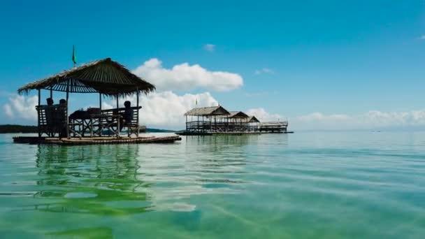 Eine Lagune mit schwimmenden Schritten, Draufsicht. Manlawi Sandbar schwimmende Ferienhäuser auf den Karamanen.