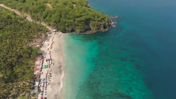 písečná pláž v tropickém letovisku
