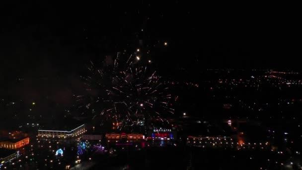 Feuerwerk am Nachthimmel. Luftaufnahme.