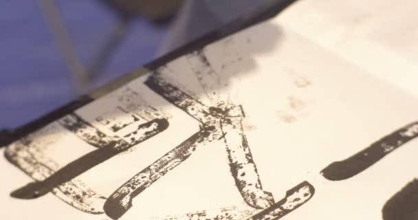 Kid s ručičky dávat černé známky dopisy kresba ve školce učebny a dětské animátory bavit děti v Master třídě