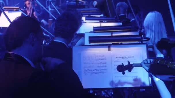 Musicisti stanno giocando violini con spalle musica libri di un