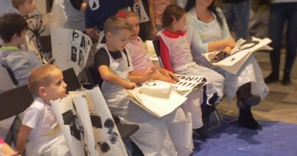 Onların çizimler Siyah Harflerle Tutan Satırlarda Oturan Aile Ana