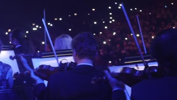 Violinisti musicisti stanno giocando con archi blu luci musica libri