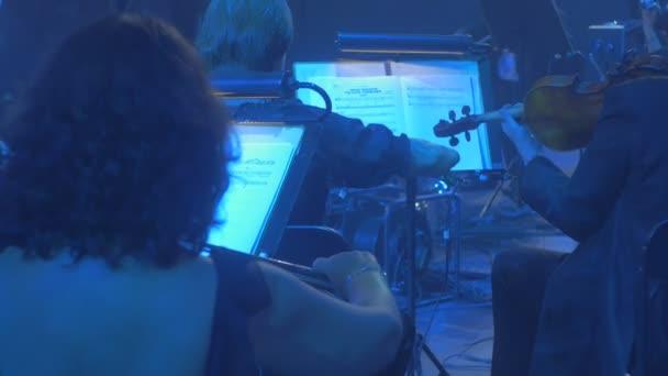 53cfb5ef1bf8 Άνδρες γυναίκες μουσικούς βιολιστές πίσω μαύρο σμόκιν και βραδινές τουαλέτες  ...