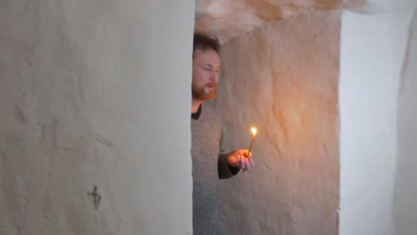 Corridoio Lungo Stretto : Un barbuto uomo va lungo un corridoio stretto di icona di saint