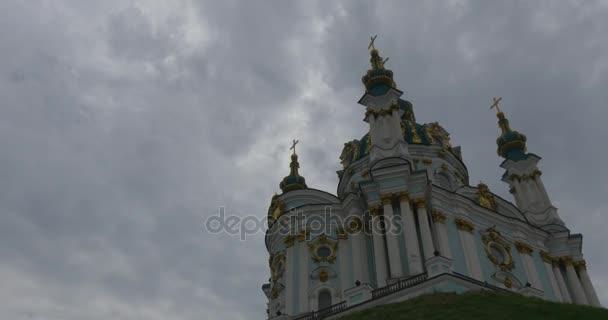 Wunderbare Wände mit schönen Laubsägearbeiten und goldene Zwiebel Kuppeln der Sankt-Andreas Kirche befindet sich auf Andreewskij Abstieg bei bewölktem Wetter suchen