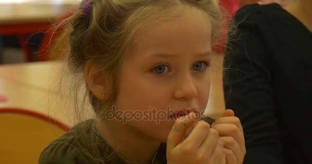 Nice hledá blond holčička je stále nervózní při poslechu výsledky z šachový turnaj pro předškolní děti v Opole, Polsko
