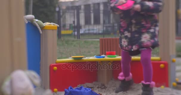 Eine Kleine Sechs Jahre Alten Mädchen Ist Spielen In Küche, Während Sein  Einige Farbige Sandbox