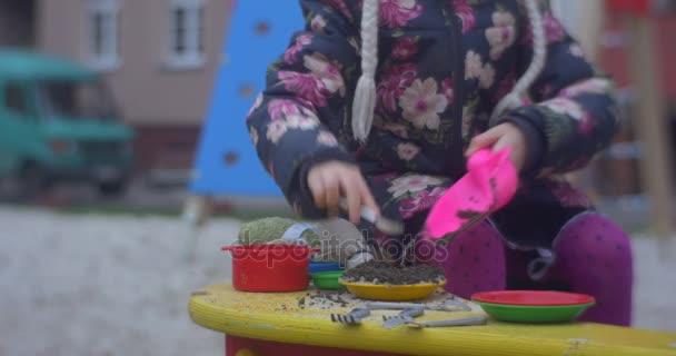 Kleine Blonde Mädchen Ist Verlegung Aus Ihrer Küche Spielzeug Auf Eine  Einige Halbe Runde Farbige Sitzbank