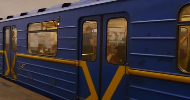 Lidé to uvnitř podzemní stanice metra na stanici metra Arsenalnya v Kyjevě, Ukrajina v létě