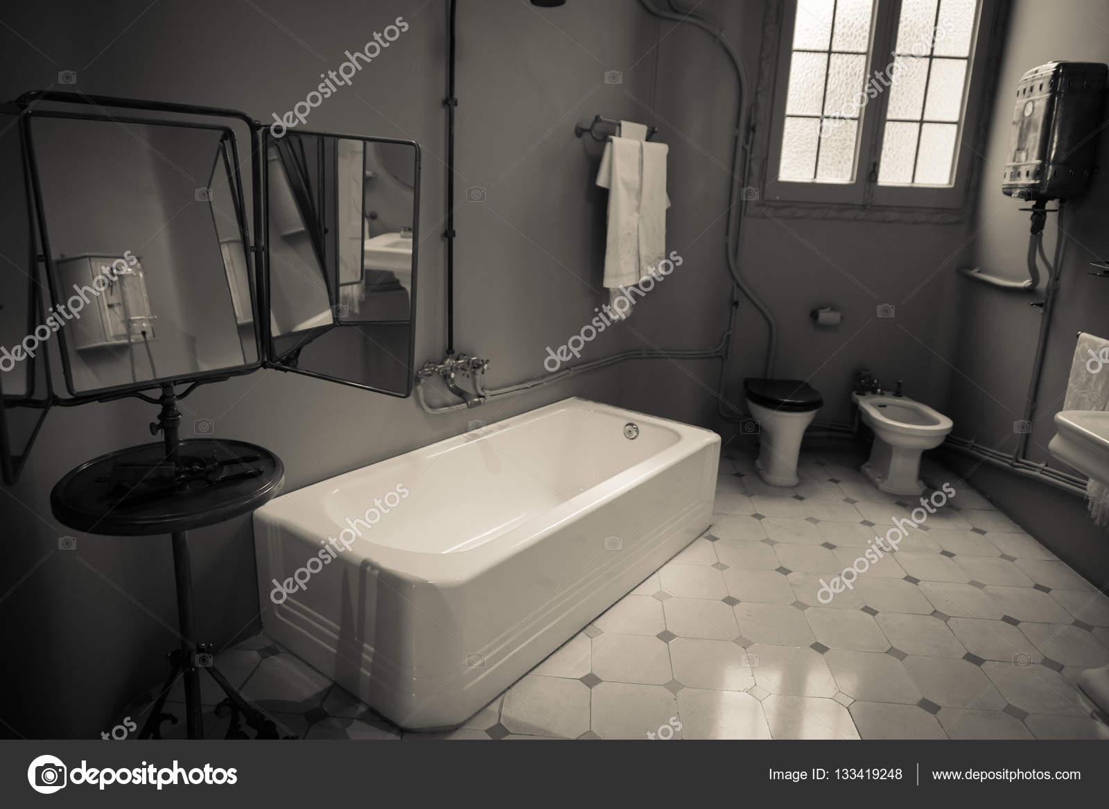 https://st3.depositphotos.com/4889221/13341/i/1600/depositphotos_133419248-stockafbeelding-oude-ouderwetse-badkamer.jpg