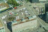 Fotografie Berlin, Deutschland-28. August 2017; Luftaufnahmen der Stadt Straßenszene mit Menschen wandern Alexandra Platz Wochenende Markt
