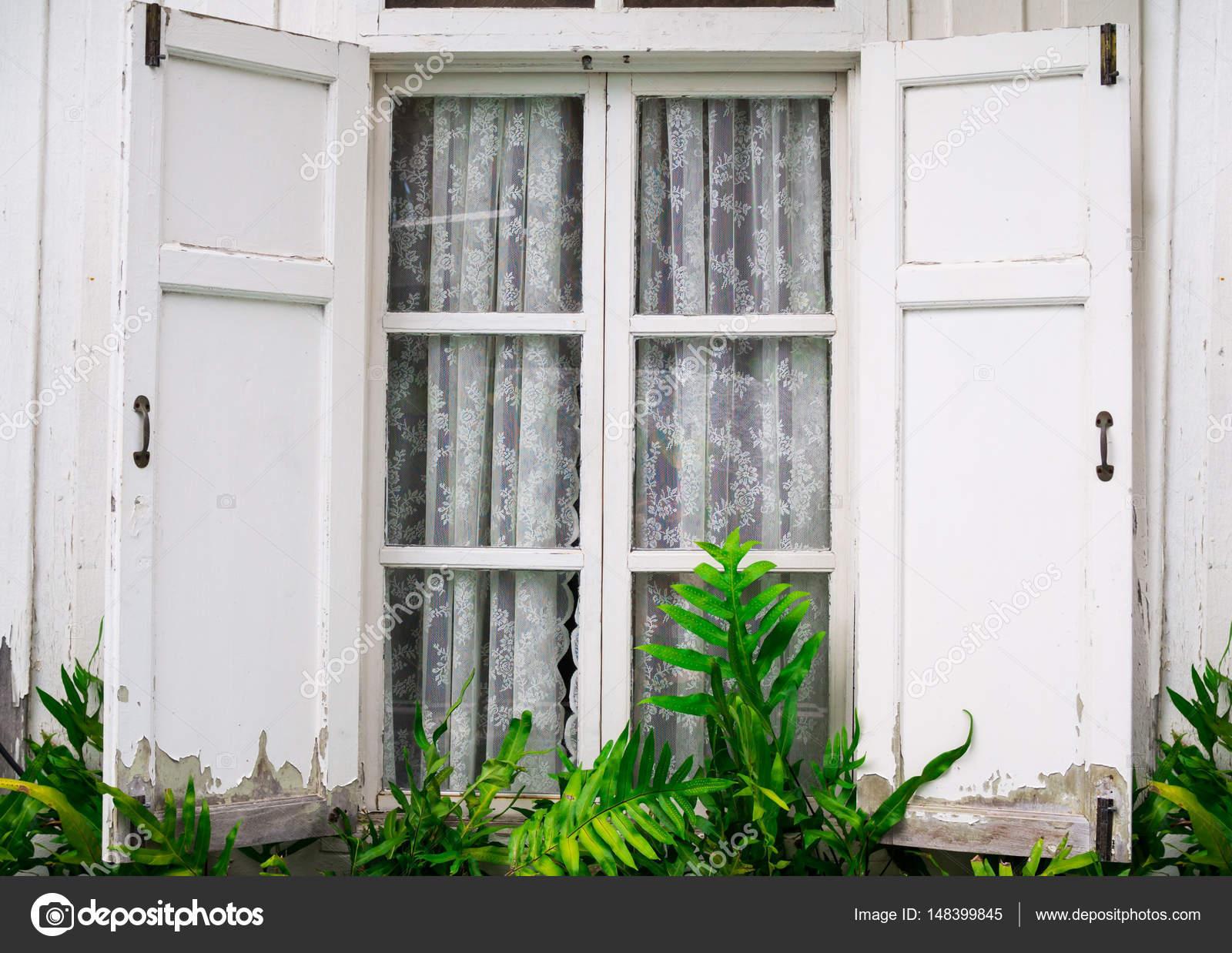vensters geopend met gordijn en fern van buiten home en decoratie concept stockfoto