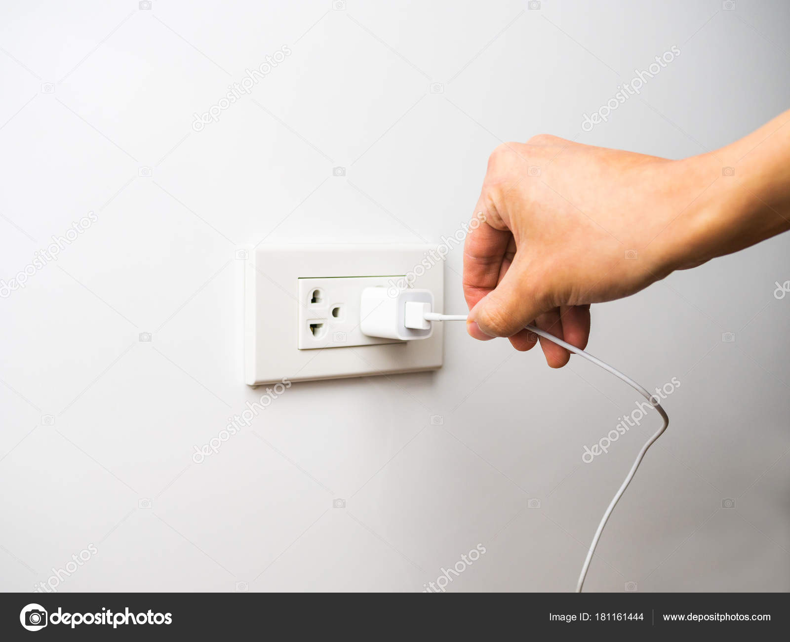 durch das ziehen von draht und kabel aus steckdose ziehen stockfoto paikong 181161444. Black Bedroom Furniture Sets. Home Design Ideas