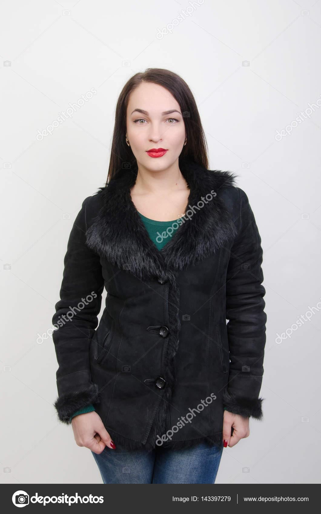 16100425055e ... παλτό — Φωτογραφία Αρχείου · Γυναίκα ντυμένη χειμωνιάτικα ρούχα —  Εικόνα από ...
