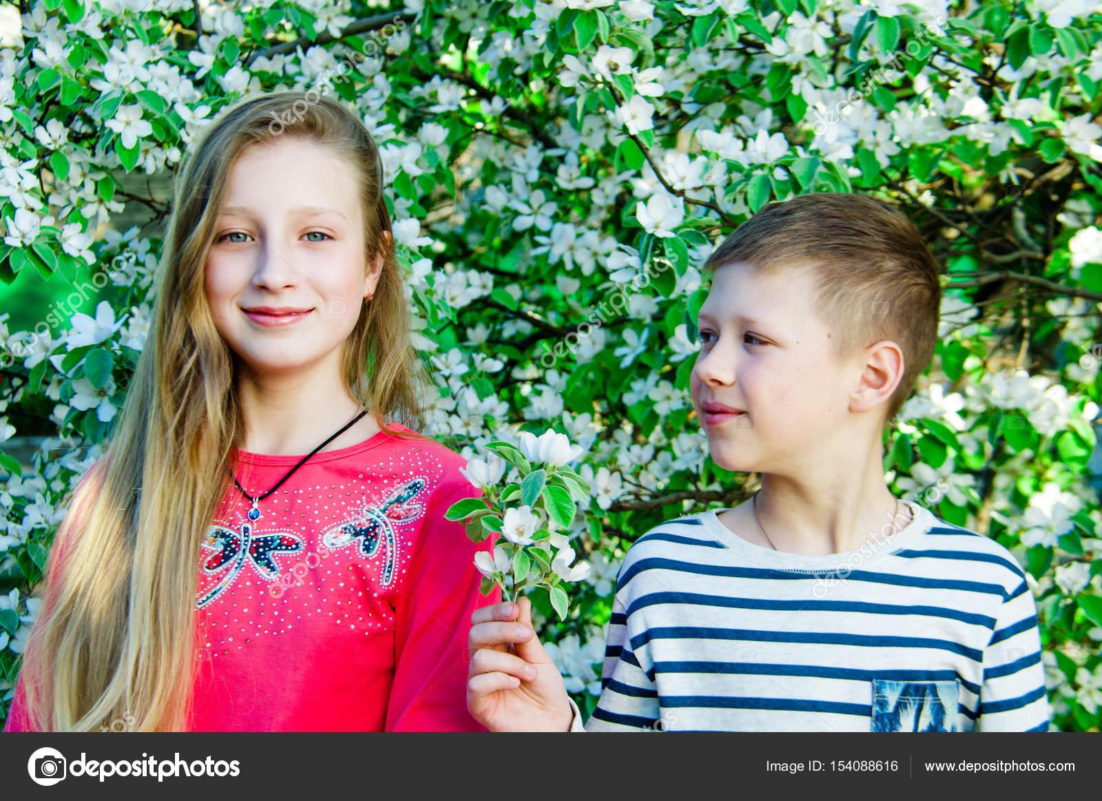 a fiú virágot ad a lány — Stock Fotó © Mikhasik  154088616 f0c6ffca85
