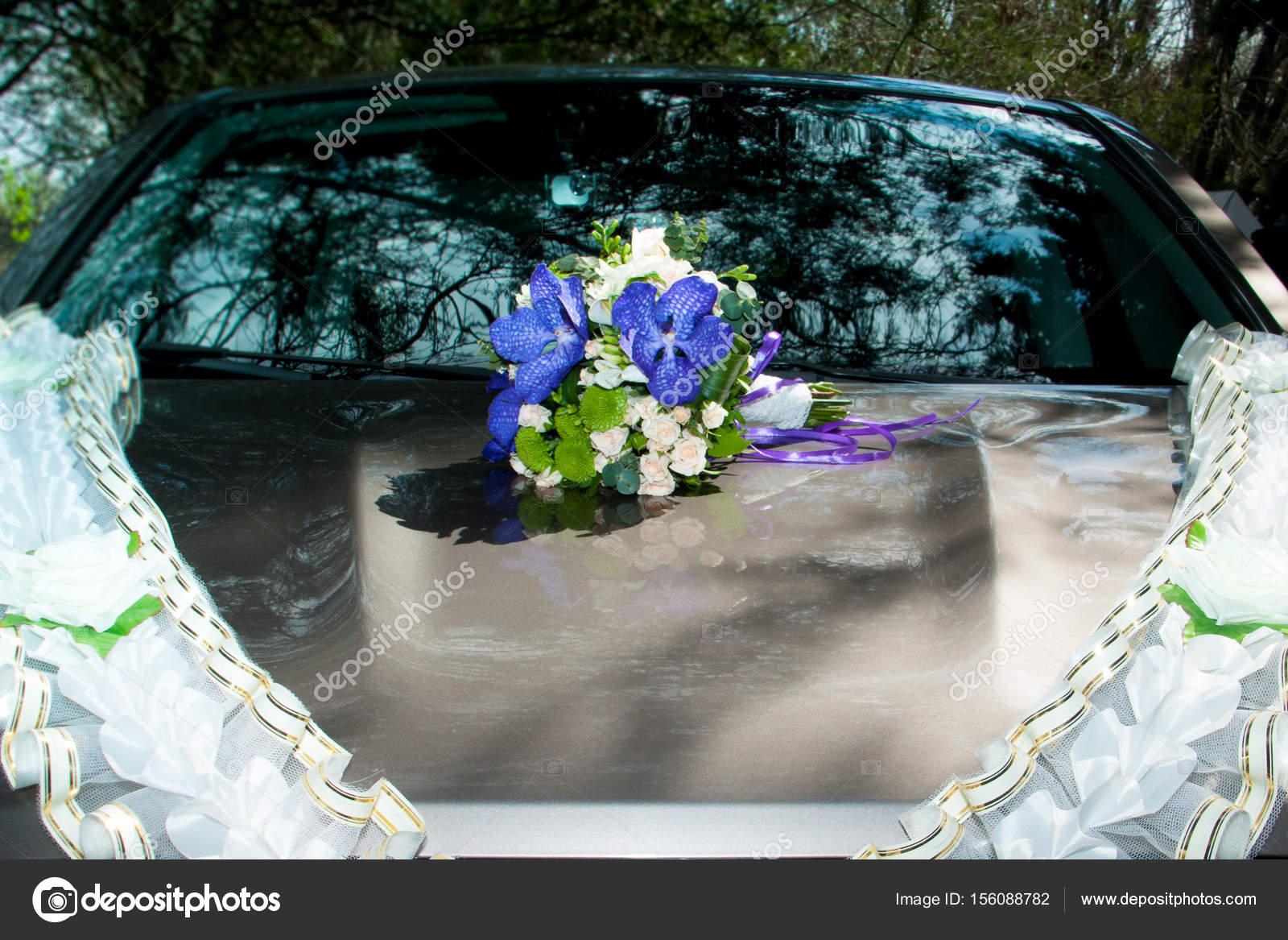 Auf Der Motorhaube Des Autos Liegt Hochzeit Blumenstrauss Stockfoto
