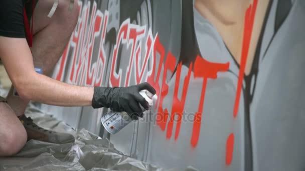 Moskva, Rusko, 18 června 2016: Pouliční umělec Malování Graffiti na zdi