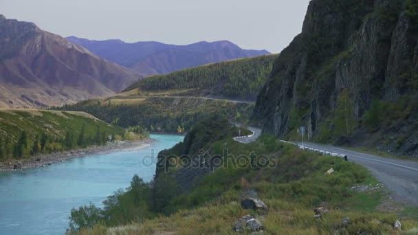 Široká sibiřská horská řeka krajina s horské silnice a auta
