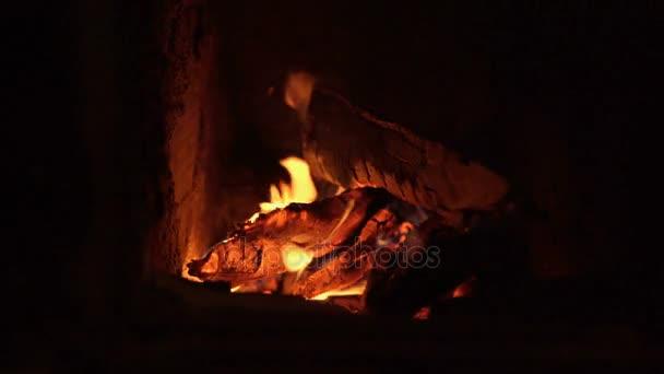 Oheň v temnotě v komíně blízko se záběry