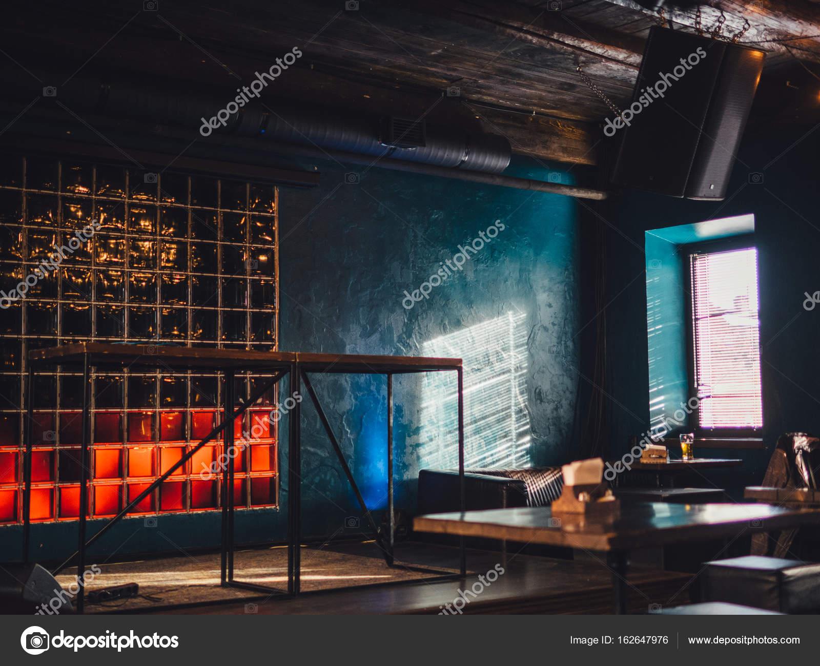 Loft-Stil Café Interieur mit Sonnenlicht — Stockfoto © paulzhuk ...