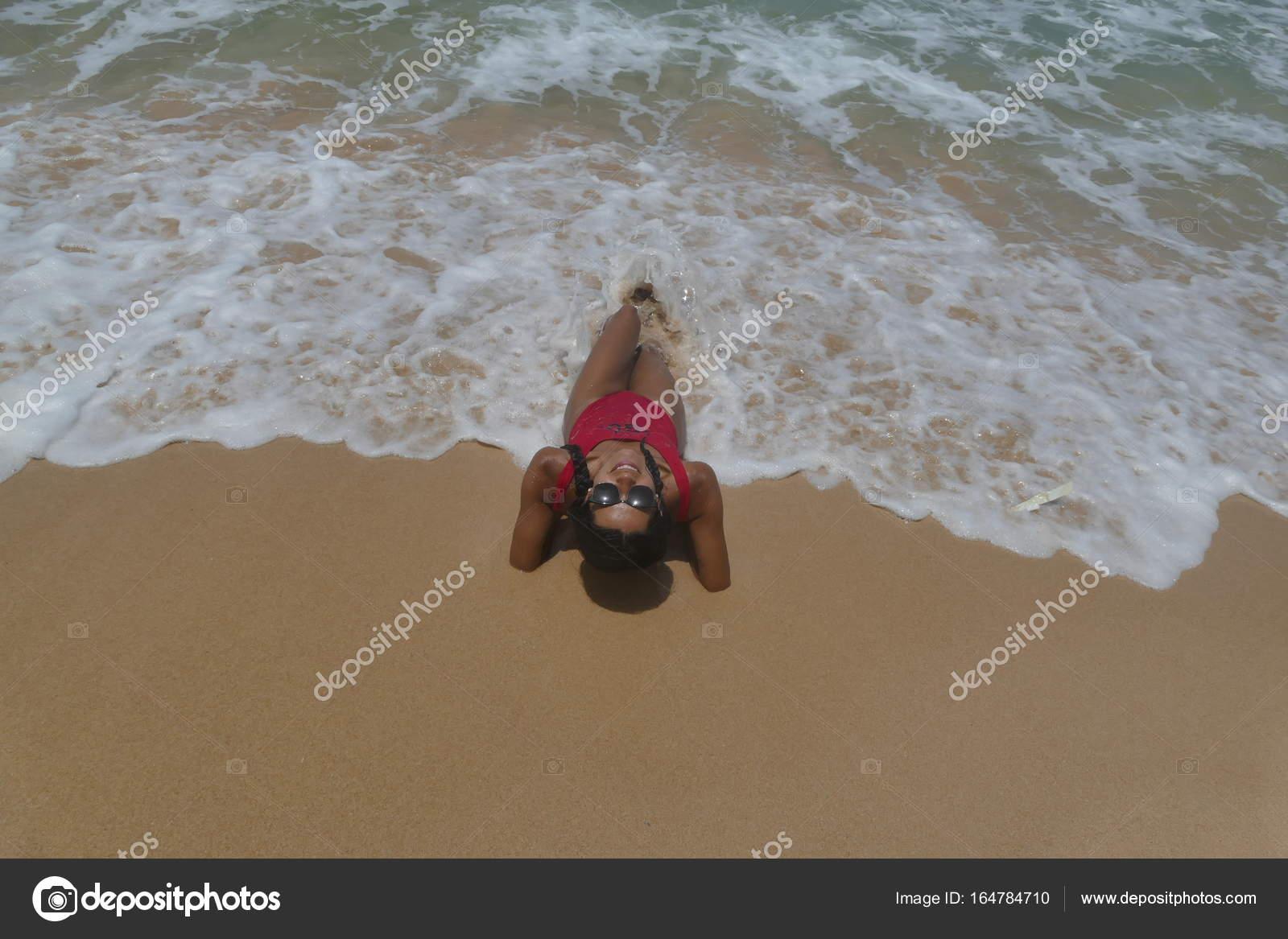 Modelo sexy se encuentra en la arena en traje de baño rojo — Foto de ...