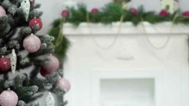 Krásné holdiay zařízený pokoj s vánoční stromeček s dárky pod