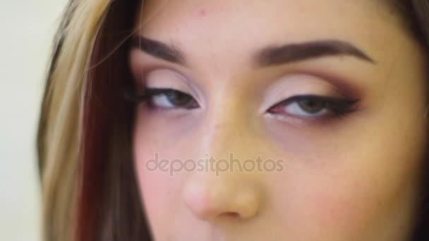 Glamour modelky žena s krásnou lesklou gourgeous dokonalé vlasy a make-up velkolepý pohled očima dolů