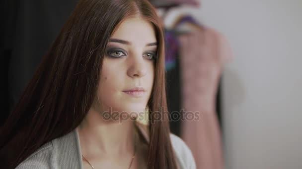 Fodrász teszi professzionális frizura fiatal nő szépség studio. Haj hajkiegyenesítő.
