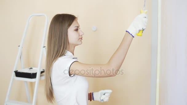 Superior Fröhliches Junges Paar In Weißen Hemden Schmücken Ihre Neue Wohnung. Junger  Mann Und Frau Sind