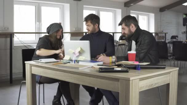 Tým mladých návrhářů mají schůzku v kreativní úřadu. Obchodní jednání. Snímek v rozlišení 4k