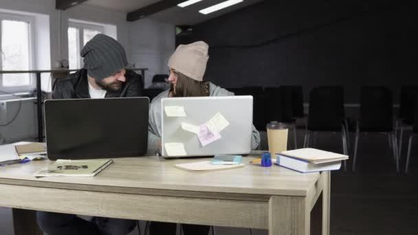 Jeune homme et la femme qui travaille au bureau de création