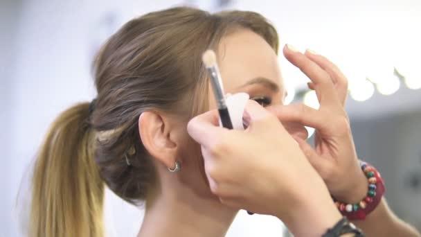 Maskérka využívá přes bílé oko k ochraně kůže a make-up při aplikování oční make-up. Detailní pohled