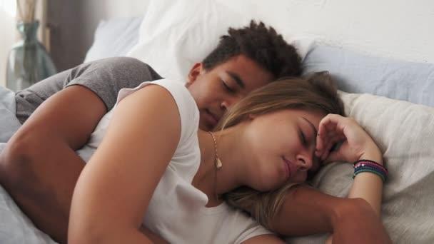Detailní pohled na mnohonárodnostní pár leží v posteli a spí 200leté navzájem. Mladí koncepce