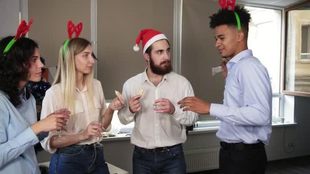 Weihnachtsfeier Geschichte.Junge Attraktive Afrikanische Mann Erzählt Seine Geschichte Während Corporate Weihnachtsfeier Im Büro Gemischtrassigen Gruppe Von Glücklich Büroangestellte Hält Gläser Mit Sekt Und Essen