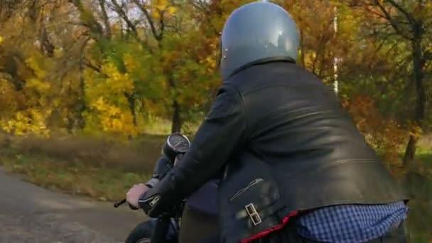 4530f357b7f Вернуться мнение человека в серый шлем и кожаный пиджак и плед рубашку ...