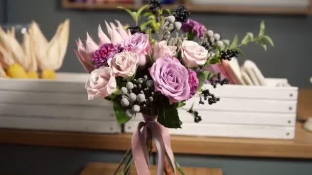 Kamera kör mozgás: gyönyörű friss csokor virág bolt: virág kompozíció áll, rózsa, Brunia, Protea szép szalaggal