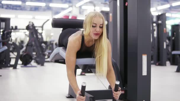 Magas vérnyomás exersices végzett gyönyörű sportos szőke nő. Egészséges életmód. Wellness és fitness.