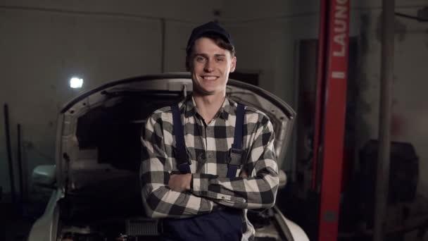 Portrét mladé hezké auto mechanik v dílně, v pozadí služby. Autoservis, Diagnostika poruch, koncepce technické údržby