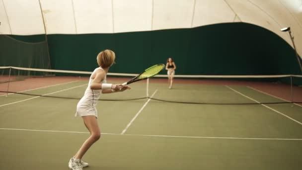 korotkie-yubki-u-tennisistok