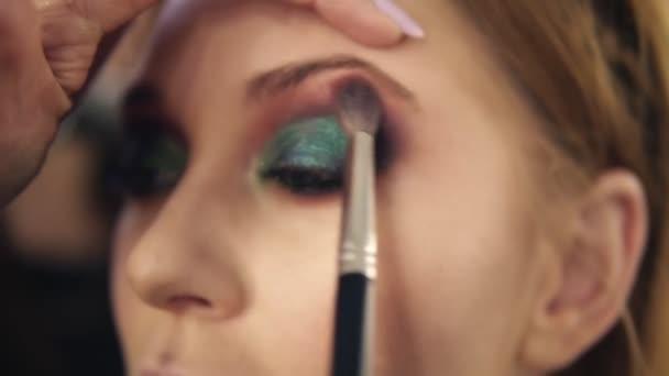 Dokončení oči tvoří pro mladou ženu. Zelená barva. Zavřít pohled