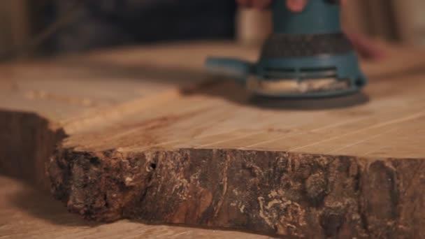 Střelba z ruční proces broušení v ruce truhláře, velmi blízko. Dřevní prach