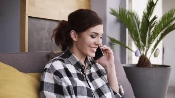 Азиатка на полосатом диване разговаривает по телефону что за фильм, голая плотная женщина фото