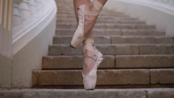 bb0fb4d34 Cerca de un pies de mujer en pointe beige. Joven, hermosa bailarina  demostrando movimientos de ballet. Tutu negro. Material de archivo hacia  arriba