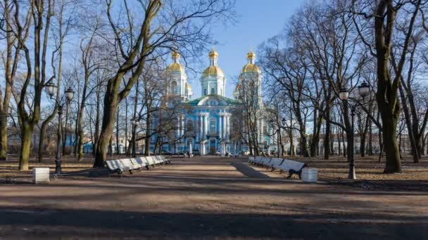 Naval chrám sv. Mikuláše v jarní slunečný den s modrou oblohu, Saint-Petersburg, Rusko. Časová prodleva