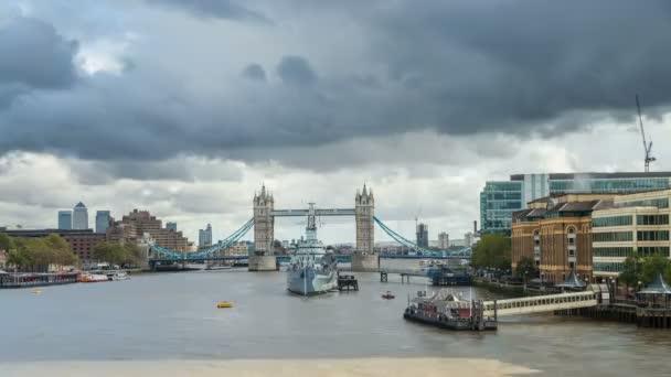 Časová prodleva válečnou loď Hms Belfast a Tower Bridge v Londýně, Anglie, Velká Británie. Listopadu, 2012.