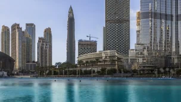 Timelapse z centra Dubaje, pohled z Dubajskou fontánu. Moderní městské panorama s mrakodrapy